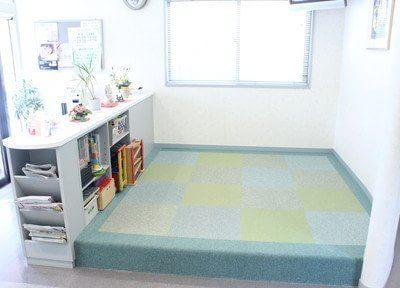 広いキッズスペースを設置しています。おもちゃや絵本をご用意していますので、お子様連れの方も安心してご来院下さい。