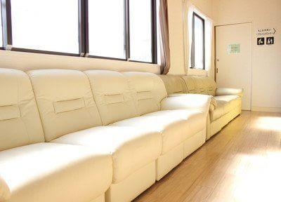 待合室です。ゆったりとくつろげる空間となっております。雑誌や水槽を眺めてお待ちください。
