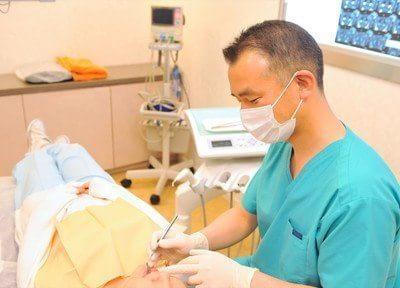治療風景です。ベテランの医師ですので、歯の事は何でもお任せください。