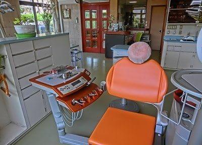 オレンジ色の診療チェアで治療を行います