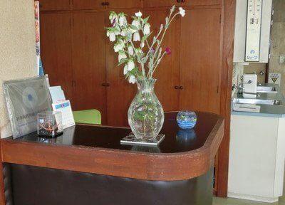 受付には花を飾っています。