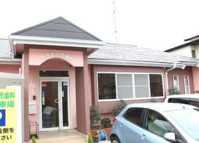 医院外観です。ピンクの壁を目印にお越しください。