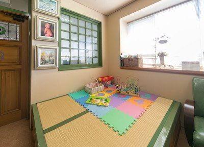 キッズスペース(畳)でお子様の様子を治療中もガラス越しに見る事ができて安心です。