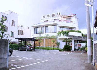 斉木歯科医院の外観です。駐車場も完備しています。