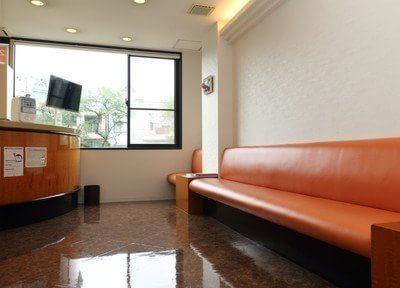 受付と待合室です。お待ちの間はソファに掛けてごゆっくりとおくつろぎください。