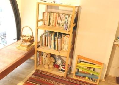 キッズスペースには絵本やおもちゃ等も準備しています。