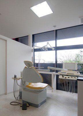 個室制の診療室です。窓に面しているので、開放感があります。