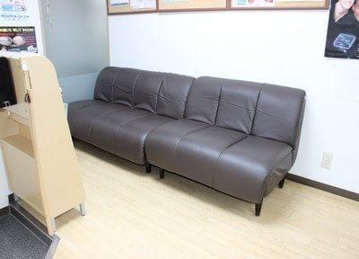 待合室です。ふかふかしていて座り心地の良いソファですのでリラックスしてお待ち下さい。