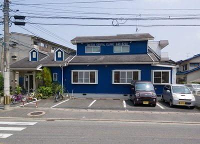 竹田歯科医院の外観です。青い建物が目印です。