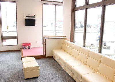 診療までの間、ゆったりとリラックスしてお待ち頂ける待合室をご用意しております。