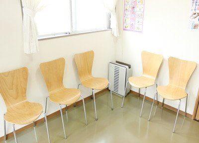 待合室です。空気清浄機できれいな空気を保っています。