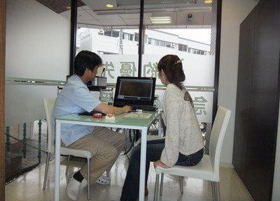 カウンセリング風景です。患者様に分かりやすいようにパソコンを使って説明します。