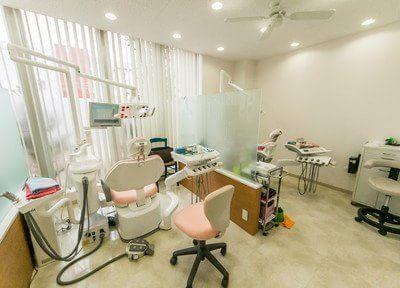 診療室はパテーションで仕切られていますので、治療風景を見られる心配はありません。