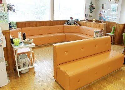 待合室です。診療までの間くつろいでお待ちください。