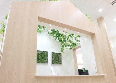 受付です。木で造られたアットホームなオシャレなデザインです。