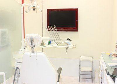 清潔感のある診療室です。モニター画面付きですので、口内を確認しながら診療を進めることができます。