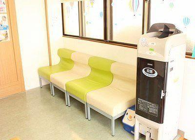 待合スペースです。衛生管理上、スリッパの殺菌をお願いしております。