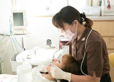 治療風景です。歯や口腔内のお悩みはお気軽にご相談ください。