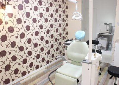 おしゃれなデザインの壁紙になっている診療室です。