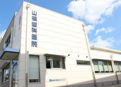 琴芝駅から徒歩6分で白い建物が特徴です。