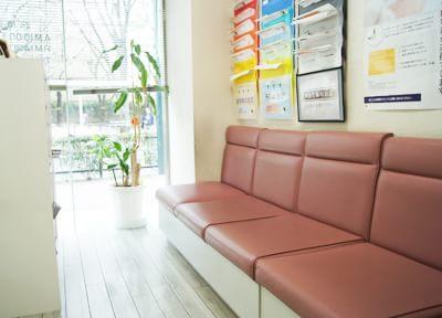 待合室です。ガラス張りなので明るい空間でリラックスしてお待ち頂けます。