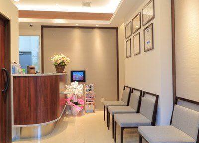 待合室です。オレンジ色を基調とした温かみのある空間です。