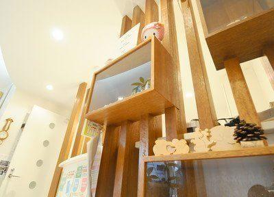 木製の棚やオブジェは心を落ち着かせます。