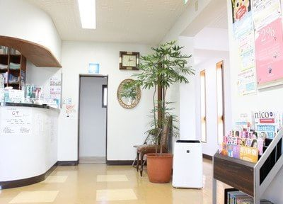 独立洗口室のある白を基調とした待合室です。