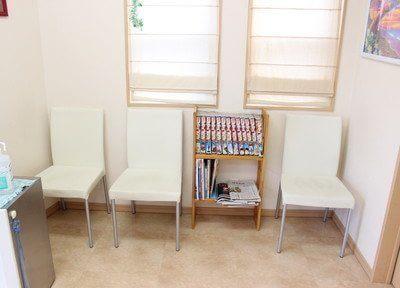 待合室には漫画や新聞を置いています。
