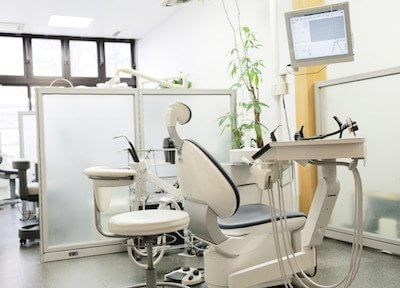 診療室です。パーテーションで仕切っているため、プライバシーを守りながら治療を受けていただけます。