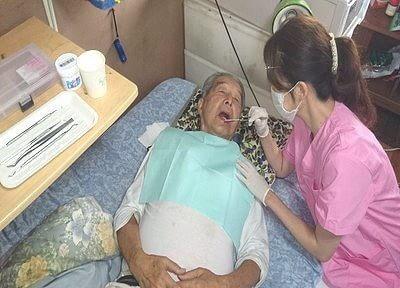 診療風景です。来院するのが困難な患者様のために訪問診療を行っております。