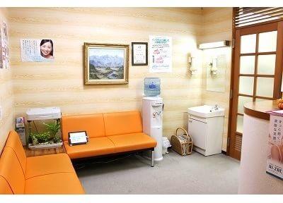 待合スペースです。ウォーターサーバーや洗面台など、ご自由にご利用くださいませ。