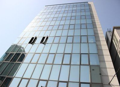 外観です。JR福島駅よりなにわ筋を北へ徒歩7分の場所にあるビル1階です。