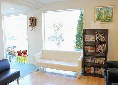 待合スペースには、本や雑誌等置いております。どうぞ、ご覧ください。