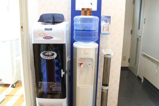 滅菌スリッパとお水をご用意しております