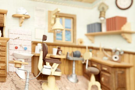 インテリア。木材で作られたミニチュアの診療室です。