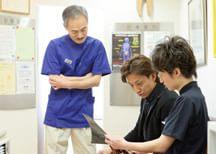 患者さまのお話に耳を傾け、治療方法を決めます。