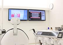 モニターや資料を使い、患者さまの立場になって、わかりやすい説明を心がけています。
