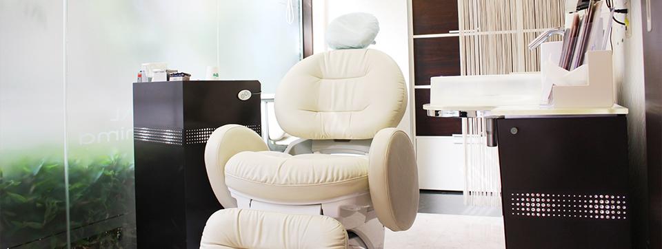 個室診療室やホテルのような内装でリラックスできる環境