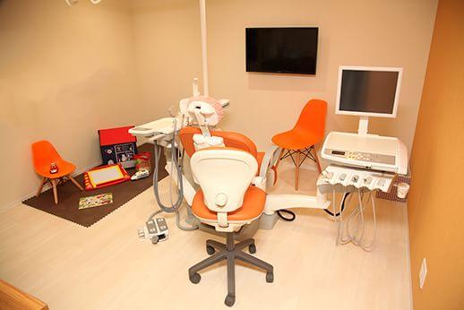 ご家族で入室できる診療室なので、お子様連れの親御様も気兼ねなく治療に専念していただける診療室です。