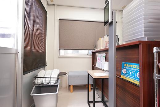 診療室。チェアはパーティションごとに区切られております。