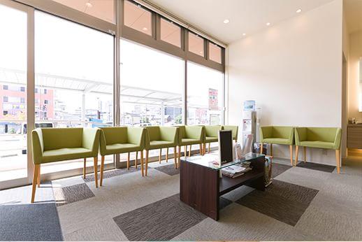 待合室は窓が大きく解放感がありリラックスしてお待ちいただくことができます。