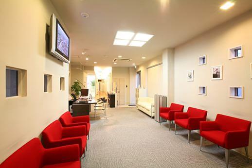 リラックスしてお待ちいただける広々とした待合室です。