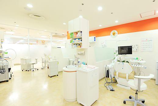 白を基調とした診療室は各チェアごとにパーテーションで仕切られています。