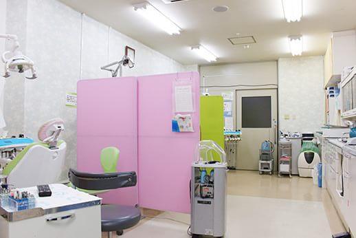 診療室内全体です。通り道が広いので、車イスの方でも楽々移動することができます。