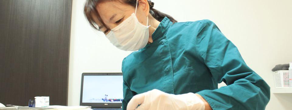 国家資格を持った歯科医師が治療を行います