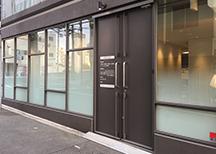 ―スタイリッシュな院内外― 重厚感のある玄関から歯科医院っぽくない歯科医院でお出迎えします