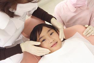 矯正器具をつける女の子