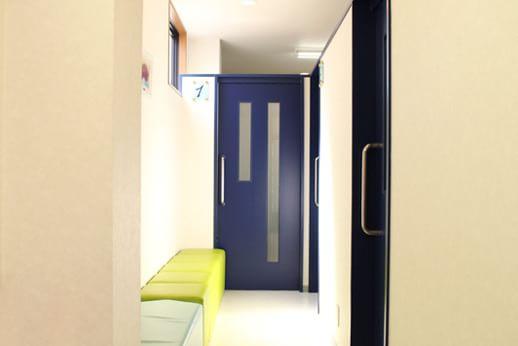 診療室にはそれぞれドアが付いており、出入りの際ほかの患者さまと顔を合わせることはありません。