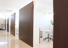 個室の診療室でゆったりと治療を受けられます